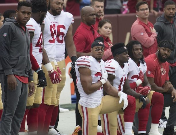 San+Francisco+49ers+kneel+during+the+national+anthem+in+2016.