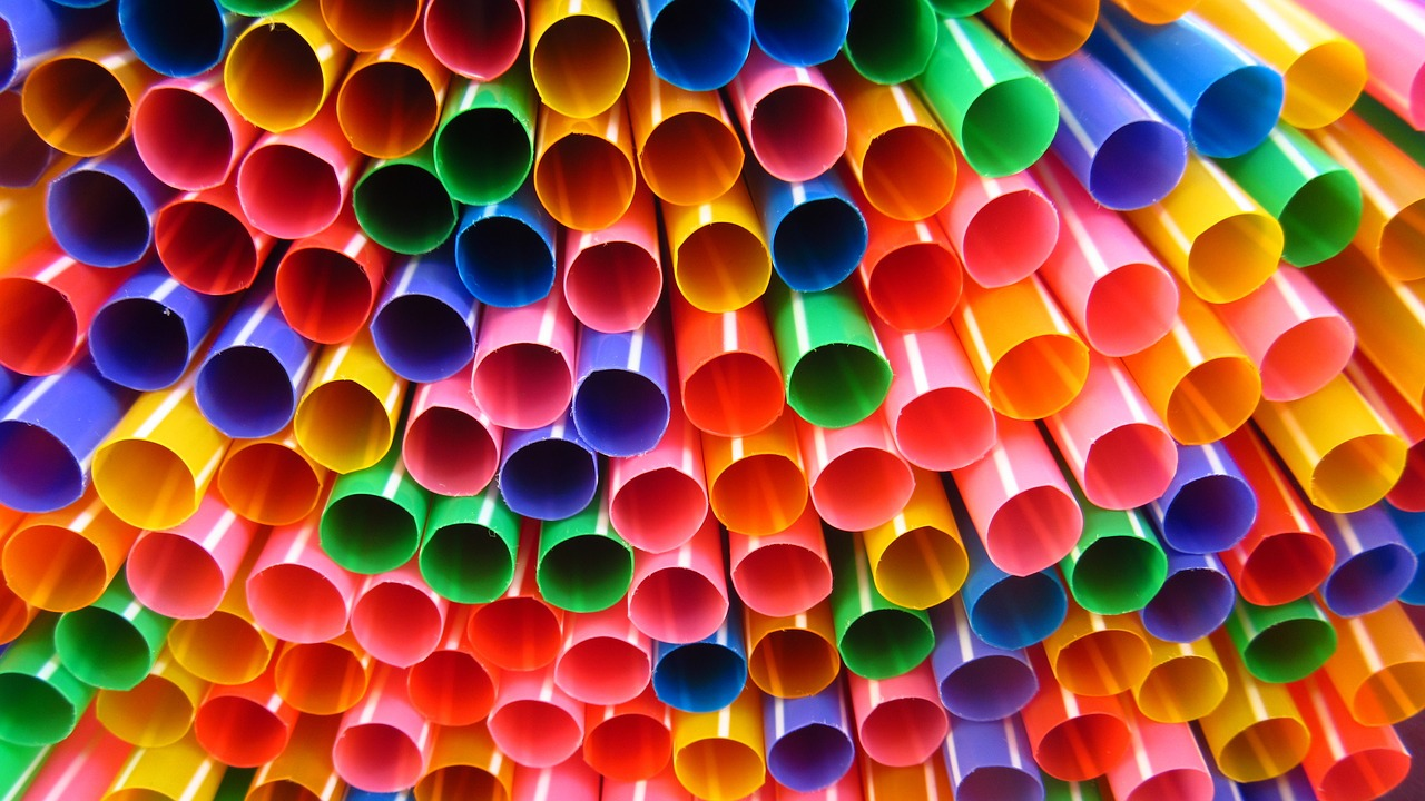 According to National Geographic, around 500 million plastic straws are used everyday in the U.S. alone. But plastic straws only make up 0.025% of the 8 million tons of plastic that washes up on beaches and oceans, while the rest comes from other items such as soda bottles and grocery bags.  https://creativecommons.org/licenses/by/2.0/