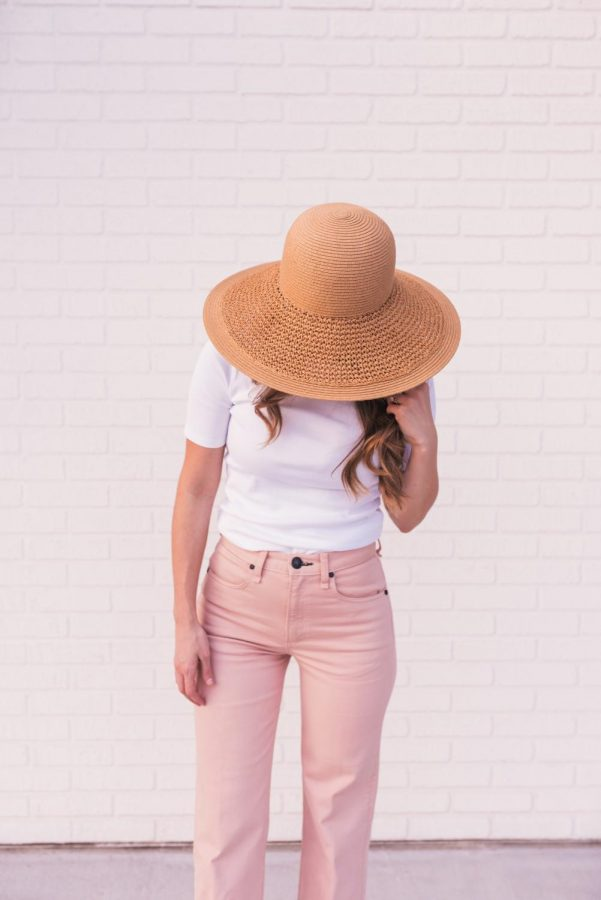 Outfits with loose fitting jeans and pops of beachy colors and accessories are fashion staples for this summer. https://unsplash.com/license